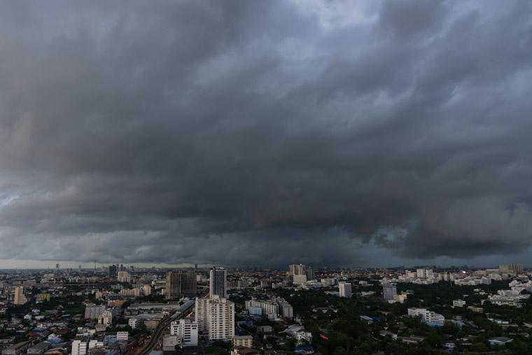 【デメリット1】天気が悪い日と夜間は発電出来なくなるなど自然条件に影響を受けてしまう